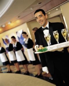 @ Silversea - Un verre de champagne avant de traverser la haie d'honneur formée par tous les employés(es) de service.