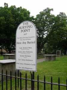 La plaque commémorative marquant l'endroit où les femmes ont été pendues et brulées
