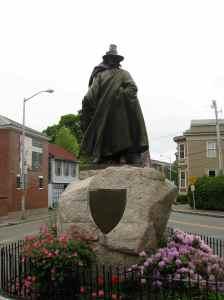 Eh non, ce n'est pas une sorcière, c'est la statue du fondateur de Salem, Roger Conant.