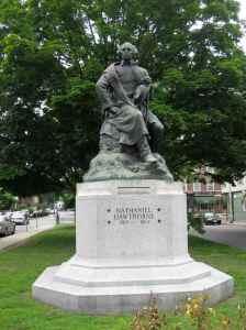 Statue représentant l'auteur Nathaniel Hawthorne. Elle est située juste en face de l'hôtel.