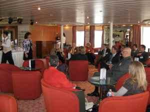 Un groupe attentif qui écoute les explications de Norma Spadola