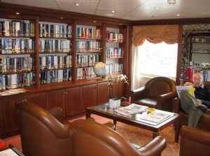 La bibliothèque où l'on trouve des livres en anglais, en espagnol, en italien, mais aussi en français