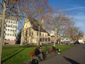 @lisegiguere - Après avoir parcouru le marché de Noel, on peut se relaxer dans un parc.