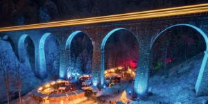 Marché de Noel sous un pont dans la vallée de la forêt Noire en Allemagne