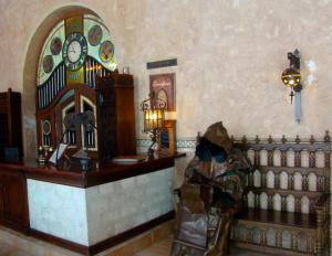 @lisegiguere - À l'intérieur du Los Frailes, un ancien monastère devenu un hôtel chic, des sculptures représentent des Franciscains en prière