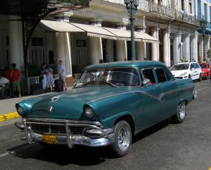 @lisegiguere - Bien que moins nombreuses, les autos des années 50 sont toujours présentes. Le retour prochain des touristes américains risquent fort de les faire disparaître.