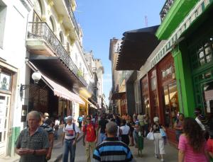 @lisegiguere - La Calle Obispo, la rue la plus populaire de la Havane