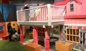 @Centre des sciences de Montréal - Une petite maison qui nécessite la pose de briques