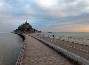 Grande marée d'équinoxe (sept 2014) autour du nouveau pont passerelle permettant de se rendre au Mont Saint-Michel.