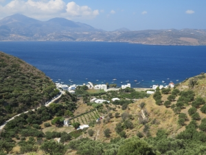 @lisegiguere - Milos: Des collines verdoyantes se jetant dans le bleu indigo de la mer