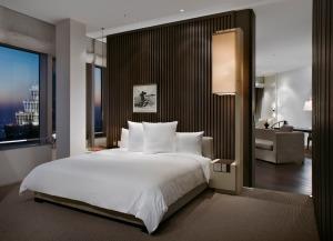Les 174 chambres et suites luxueuses offrent des vues pittoresques sur le Bund, le cœur de Shanghai, et sur la rivière Huangpu.