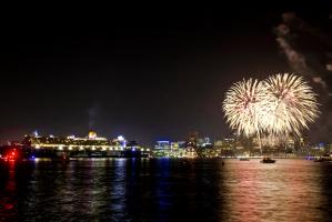 À Boston, le départ du Queen Mary 2 a également été souligné par un émorme feu d'artifice