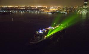 @lisegiguere - Les invités du Queen Mary 2 ont eu droit à un spectacle d'adieu Sons et lumières provenant du navire