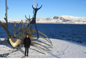 @lisegiguere - Notre «buddy», l? agente de bord Hjördís Elma Jóhannsdóttir, devant la sculpture Sólfar, à Reykjavik.