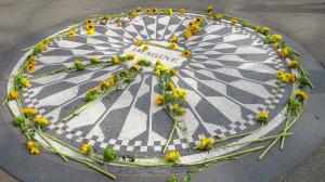 Dans Central Park, il n'en coûte rien pour passer quelques instants à se remémorer John Lennon à quelques mètres seulement des lieux où il fut assassiné