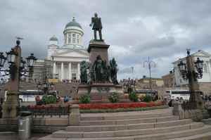 La cathédrale d'Helsinki sur la Grand place du Sénat et la statue d'Alexandre II