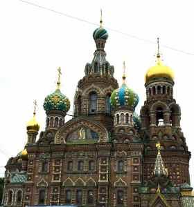 @lisegiguere- Cathédrale Saint-Sauveur-sur-le-Sang-Versé de Saint-Pétersbourg. Elle est décorée de 7 000 mètres carrés de mosaique. On dit que ça peut prendre un an à des artisans pour faire 1 m2. Cet œuvre d'art a servi d'entrepôt pendant la guerre. C'est aujourd'hui un Musée de la mosaique –