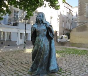 @lisegiguere- Statue de Anne de Bretagne, en face du château