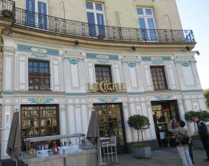 @lisegiguere - La cigale, une brasserie historique avec des tableaux de céramique sur les murs