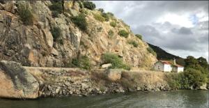 @lisegiguere - Dans les montagnes de granit, des tunnels ont été creusés pour permettre au train d'y circuler