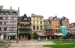 @lisegiguere - De belles maisons anciennes face à la Place du Marché