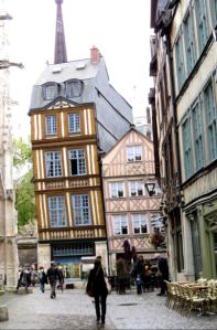 @lisegiguere - La maison penchée de Rouen. Cette belle maison à Colombages penche ainsi depuis le XIXe siècle alors qu'on a enlevé les maisons attenantes
