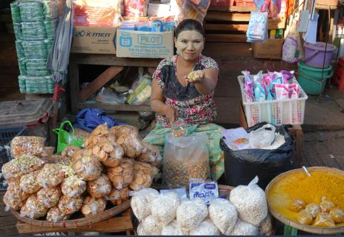@lisegiguere - Comme toutes les femmes du Myanmar, cette femme rencontrée au marché matinal de Thanlyin a le visage couvert de Tanaka, une pâte qui la protège du soleil et rend la peau plus douce.