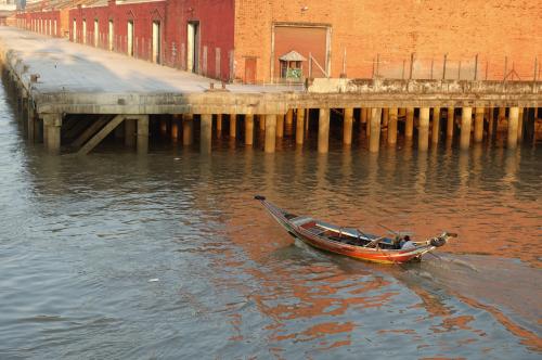 @lisegiguere - Barque de pêche dans le port de Yangon, au lever du soleil