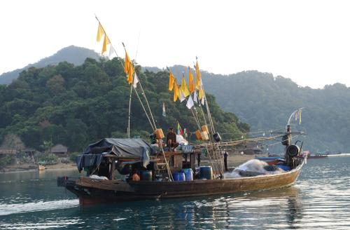 @lisegiguere - Bateau de pêche des Gitans de la mer. D- ans le Parc National Marin de Lampi-Archipel Mergui, Myanmar.