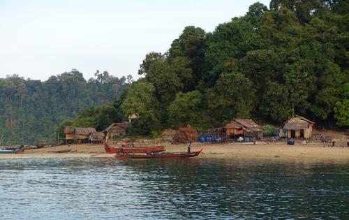 @#lisegiguere - Le village illégal des Gitans de la mer dans le Parc National Marin de Lampi-Archipel Mergui, Myanmar.