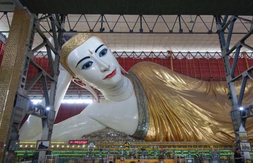 @lisegiguere - Le fameux Bouddha couché de Yangon. Ses formes féminines sont bien éloignées de l'image de Bouddha que l'on connaît.