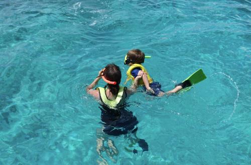 @lisegiguere - Première expérience de snorkeling pour Elliott
