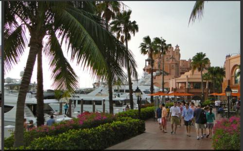 @lisegiguere - Une rue de Paradise Island avec, en arrière plan, une partie de l'Atlantis Resort