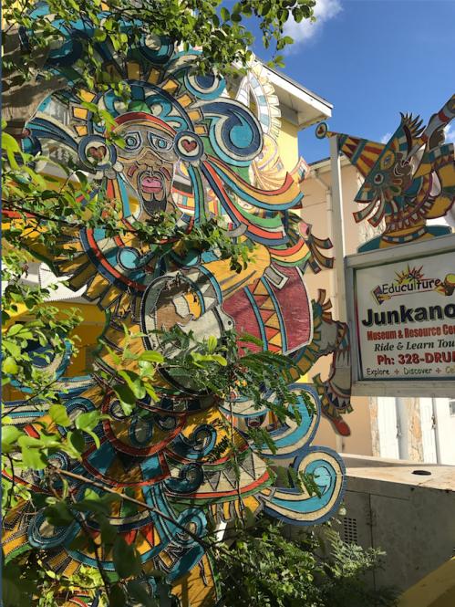 @lisegiguere - L'entrée du Junkanoo Expo donne une bonne idée des couleurs et de l'extravagance qui anime cette parade de rue annuelle qui a toujours lieu les 26 décembre et 1 janvier